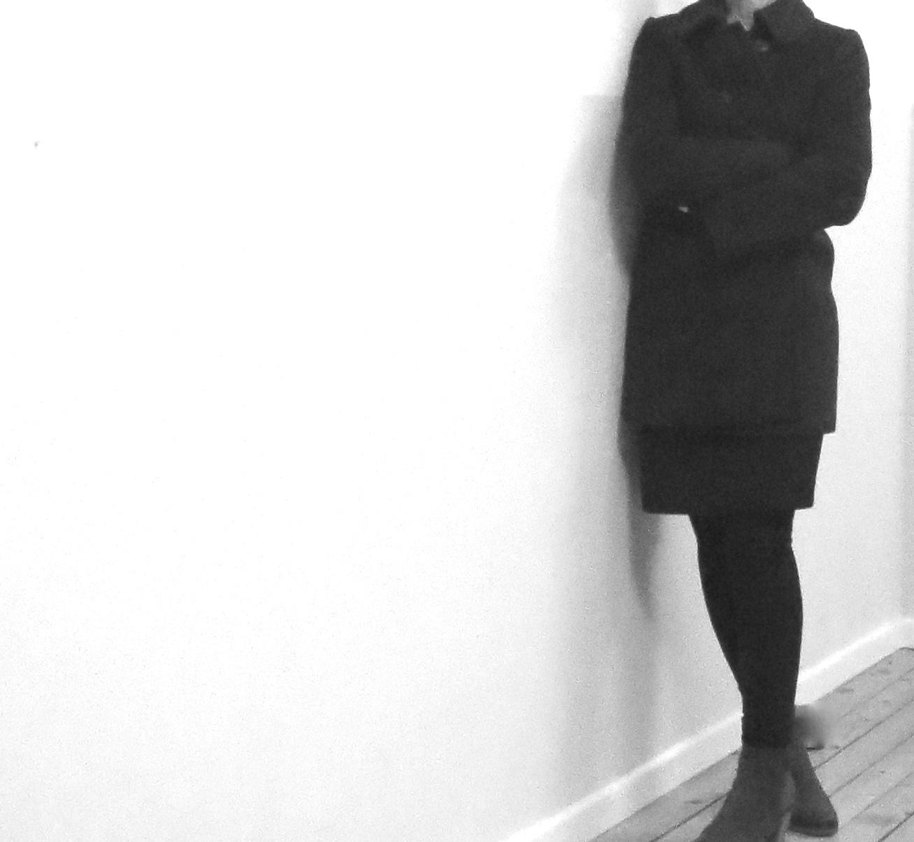 Frau im Mantel freut sich auf Veränderung